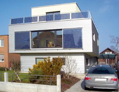 Großflächige Schiebeläden mit Solarmodulen – so produziert der Sonnenschutz gleich Strom