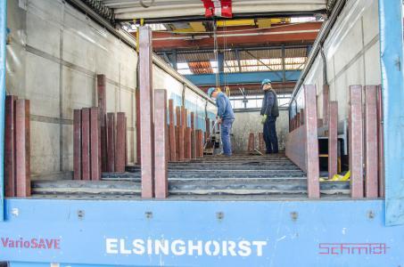 Bewährte Sicherheit: Seit 2009 arbeitet der Stahlhändler G. Elsinghorst Stahl und Technik GmbH mit dem formschlüssigen Ladungssicherungssystem VarioSAVE – und erzielt damit durchschnittlich 90 Minuten Zeitersparnis pro Tag und Fahrzeug.