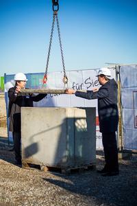 Ingo Kraupa (links), Vorstandsvorsitzender und Florian Sippel, Projektleiter Rechenzentren (beide noris network AG) versiegeln den Grundstein / Bildquelle: MOKATI Fotos und Film OHG