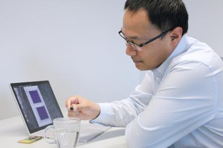 Jun Tan mit einem Demonstrator, der Teil seiner Dissertation zu präziser passiver RFID-Sensorik war, die er am 18. Februar 2021 erfolgreich verteidigt hat. Foto: IMMS.