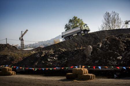 In dem Live-Test von Volvo Trucks schlägt der Lkw unvorhergesehene Wege ein: Unter anderem klettert er eine 33 Grad steile, weiche Böschung hinauf. Dies schafft er spielend dank der automatischen Traktionskontrolle von Volvo Trucks, die ein Steckenbleiben verhindert