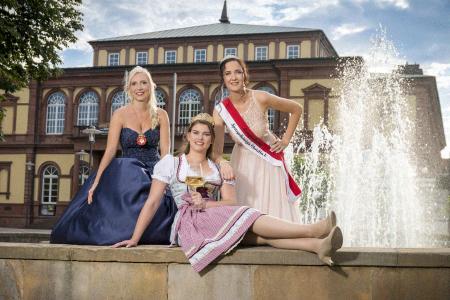 Royaler Glanz in Neustadt an der Weinstraße (v.l.): Spargelkönigin Christin I. (Lampertheim), Weinprinzessin Shirin I. (Neustadt/Lachen-Speyerdorf) und Blütenprinzessin Svenja I. (Weinheim) laden zum 4. Hoheitentreffen Rhein-Neckar ein