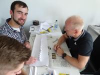 Johannes Billich (links) hatte Spaß an der Herstellung eine Leichtbaukonstruktion aus Papier während des Zertifikatskurses Leichtbau an der Weiterbildungsakademie der Hochschule Aalen © Weiterbildungsakademie der Hochschule Aalen/ Birgit Welt
