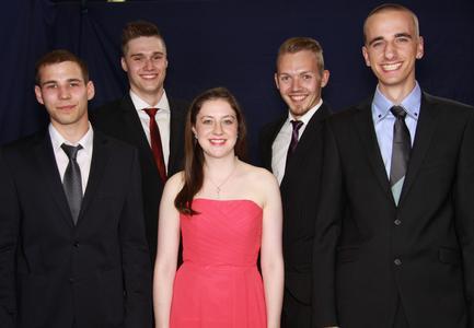 Die fünf Absolventen mit der Abschlussnote 1. (Quelle: Heraeus)