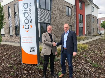 Christoph Pliete, Vorstandsvorsitzender der d.velop AG (links) und Laurenz Stecking, Geschäftsführer der codia Software GmbH,  freuen sich auf die Intensivierung der Zusammenarbeit. Bildnachweis: d.velop