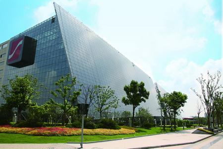 Das Hauptgebäude von Suntech Power Ltd. am Firmenstammsitz Wuxi