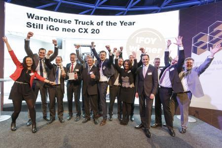Das Team von STILL freute sich bei der IFOY-Preisverleihung am heutigen Abend über die zweifache Auszeichnung / Foto: STILL GmbH
