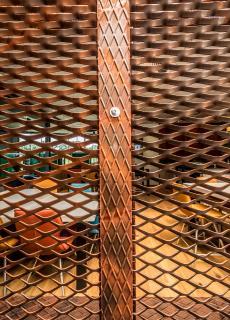 Insgesamt wurden 20 Quadratmeter Mevaco Streckmetall Raute 76x35x11 aus Aluminium in einer Materialdicke von 2,0 m in der hauseigenen Pulver-Beschichtungsanlage in Corten-Stahl-Optik pulverbeschichtet und verbaut. Foto: Maks Richter