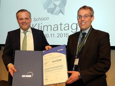 Zertifikatsübergabe im Rahmen des für die Belegschaft ausgerichteten Schüco Klimatages: v. l. Andreas Engelhardt, geschäftsführender und persönlich haftender Gesellschafter von Schüco, mit Daniel Kielhorn, TÜV NORD CERT GmbH.