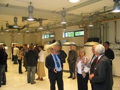 Gèrard Mandoux (mitte), Geschäftsführer STIEBEL ELTRON Frankreich, präsentiert das neue Technikzentrum des Unternehmens in Metz