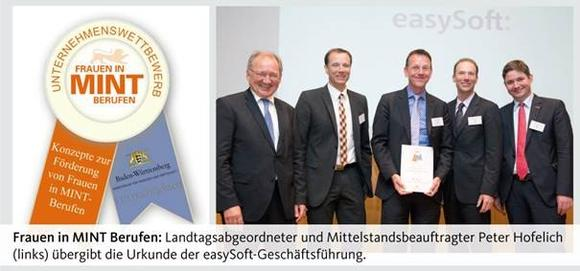 Frauen in MINT-Berufen: Landtagsabgeordneter und Mittelstandsbeauftragter Peter Hofelich (links) übergibt die Urkunde der easzSoft-Geschäftsführung