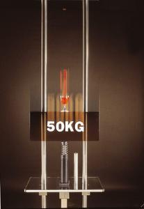 """Volles Weinglas & 50 kg im freien Fall: Der ACE Falltester veranschaulicht, wie perfekt Industrie-Stoßdämpfer die """"effektive Masse"""" abbauen, ohne jeden Schaden"""