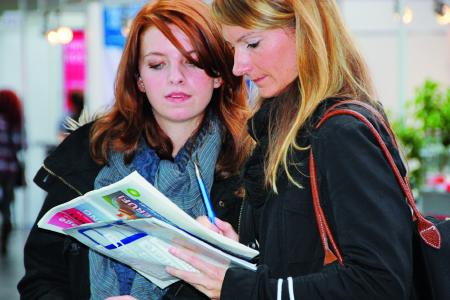 Eltern informieren sich gemeinsam mit ihren Kindern zu den Berufschancen - Quelle: mmm message messe & marketing GmbH