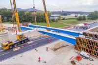 Einheben der ersten Fahrbahnplatte der Segmentbrücke Bögl an der Ortsumgehung Mühlhausen / Bildnachweis: Reinhard Mederer