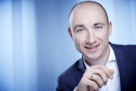 """Tim Behrendt, Leiter Nachhaltigkeitsmanagement bei TRILUX, wurde von Umweltminister Johannes Remmel als """"ÖKOPROFIT-Botschafter"""" ausgezeichnet."""