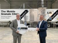 Nach der Übernahme der Separation AG durch die GREIWING logistics for you GmbH zum 1. Oktober 2020, hat Jürgen Greiwing (r.) symbolisch den Schlüssel von Georg Wilms (ehemaligen Inhaber der Separation AG) entgegengenommen. (Foto: GREIWING)