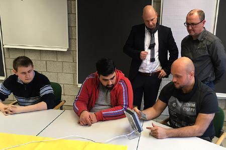 Praxistest erfolgreich bestanden: Blinde und sehbehinderte Auszubildende des LWL-Bildungszentrum Soest testen das PCS Zeiterfassungsterminal INTUS 5200 auf praktische Nutzung