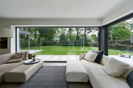 Das fast 13 m² große, ungeteilte Festfeld hebt die Trennung zwischen Wohnraum und Garten optisch nahezu vollständig auf (Schüco AWS 75.SI) / Bildnachweis: Schüco International KG // Fotograf: Christian Eblenkamp