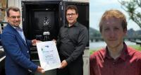 Der Silber Award: UCL Teamleiter Dominic Papineau (Mitte) erhält die Paper Award Urkunde von WITec Repräsentant Adrian Knowles (links). Erstautor Matthew Dodd (rechts) arbeitet inzwischen in China.