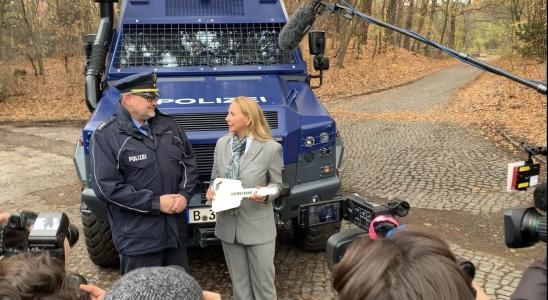 Polizeipräsidentin Berlin, Dr. Barbara Slowik übergibt Schlüssel an Kriminaldirektor Martin John, Direktion Einsatz