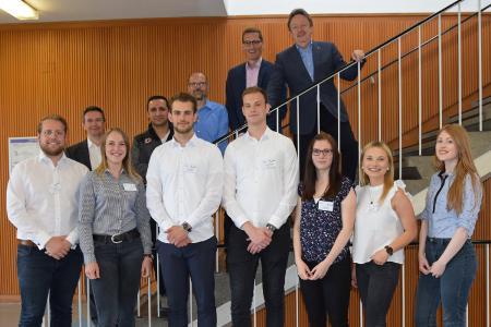 im Vordergrund die beteiligten Studierenden des Dualen Studiengangs Management im Handel B.A., im Hintergrund die Vertreter der STAPLES (Deutschland) GmbH und Prof. Dr. Peter M. Rose (rechts)