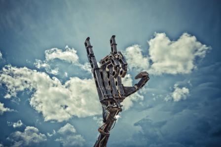 Christian Ristow hat eine riesige Handskulptur gebaut / Ben Daure