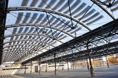 The new carport roof of the waste management company Munich (AWM): the roof made of foil cushions generates electricity and withstands heavy snow load. Copyright: © Taiyo Europe GmbH