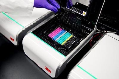 Das kompakte 3M Molekulare Detektionssystem verarbeitet bis zu 94 farbkodierte Teströhrchen gleichzeitig / Foto: 3M