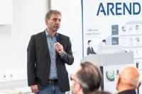 Im Bild zu sehen: Key Note Speaker Michael Hiebinger erläutert die Vorzüge des Roboters der Firma Franka Emika, Bildquelle: Thorsten Sperk