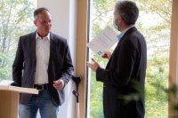 Dr. Tim Karg, Geschäftsführer der Tübinger Karg und Petersen Agentur für Kommunikation GmbH, (links) und der Tübinger Oberbürgermeister Boris Palmer bei der Übergabe der Auszeichnung als Blaue-Sterne-Betrieb. // Verwendung der Medien nur im Zusammenhang mit Berichterstattung über die Karg und Petersen Agentur für Kommunikation GmbH zulässig.