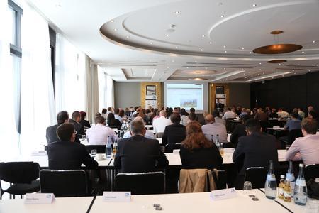Blick in den Veranstaltungsraum mit 141 Teilnehmern bei den ITB PIM Praxistagen 2015 in Stuttgart