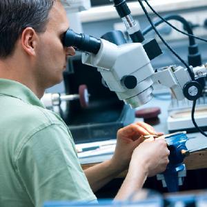 Mit filigranen Operationsinstrumenten und unter Einsatz eines Mikroskops erfolgen die augenchirurgischen Eingriffe an Hornhaut, Linse, Glaskörper oder Netzhaut.