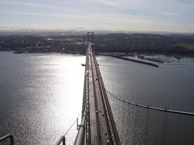 Die Forth Road Bridge bei Edinburgh