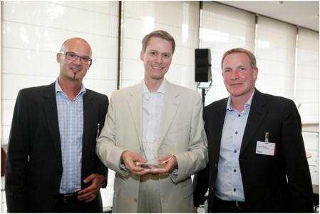 Foto: © Frank Ossenbrink; Überreichung des Awards; Personen von links nach rechts: Bernd Stopper, Kenneth Christensen, Jochen Wießler