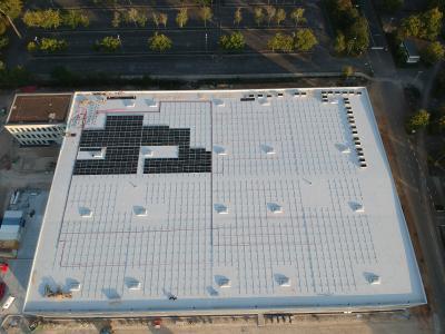 Der Beginn der Dachbelegung bei einem aktuellen ADLER-Projekt für eine Dachanlage mit 750 kWp und fast 2100 Modulen in Deutschland