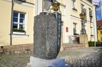 Glaziale-Brandenburg – internationale Bildhauerkunst in Angermünde Hinweisstein vor dem Rathaus