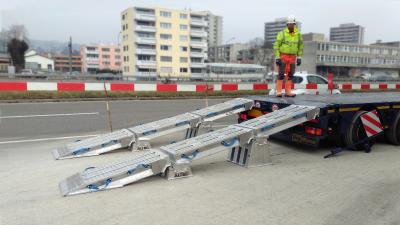 Schwere Last – Einfach verladen  Mehrteilige VFR-Rampenteile aus Aluminium von Firma ALTEC.