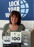 "Ranga Yogeshwars Verleihung kam per Videobotschaft. Geschäftsführende Gesellschafterin Manuela Engel-Dahan erhielt die Preise ""Corona konform"" per Paketdienst, die Freude war dennoch riesengroß. (Bild LYW)"