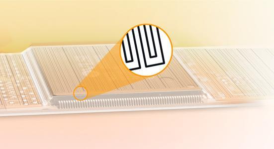 Wie ein schützender Mantel: Hauchfeine Leiterbahnen auf einer flexiblen Folie umhüllen sensible Technik