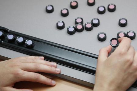 Mittels des präzisen Farnsworth-Tests wird das Sehvermögen von Mitarbeitern in der Qualitätssicherung überprüft. ©Hohenstein Institute