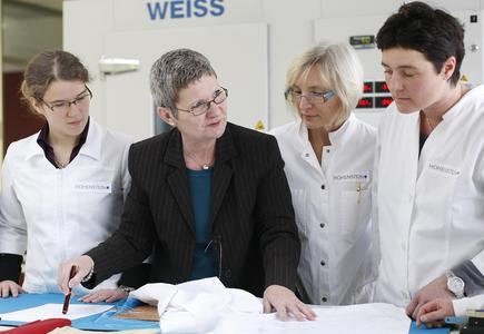 Die Wahl eines passenden Materials war ein wichtiges Thema bei der Entwicklung eines speziellen Büstenhalters für Brustkrebs-Patientinnen / ©Hohenstein