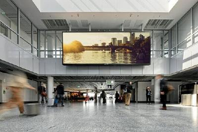 Mit einer Fläche von 43 Quadratmetern ist die LED-Wand am Frankfurter Flughafen ein echter Eyecatcher / Foto: Fraport AG