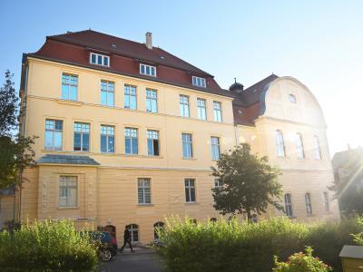 Sonnige Zeiten für das Karolinum – frisch saniert mit funktionellem Sonnenschutz. So macht Lernen Spaß!
