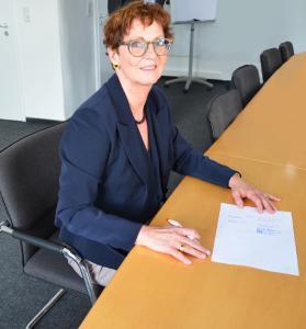 Claudia Huchon bei der Vertragsunterzeichnung