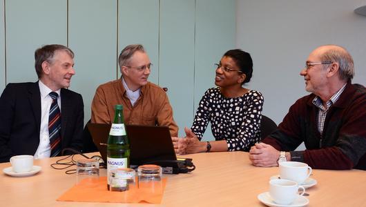 Prof. Dr. Jacqueline Bridge berichtet FH-Präsident Prof. Dr. Holger Watter (links), dem FH-Vizepräsidenten, Prof. Dr. Martin von Schilling (2.v.l.), sowie Dr. Hermann van Radecke über ihre Lehrtätigkeit (Foto: Gatermann)
