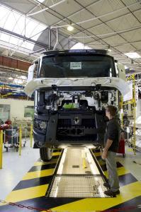 renault trucks stellt 273 neue mitarbeiter an den produktionsstandorten in frankreich ein. Black Bedroom Furniture Sets. Home Design Ideas