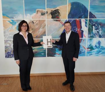 Prof. Dr. Josef von Helden überreicht Prof. Dr. Maria Wersig die Ernennungsurkunde.