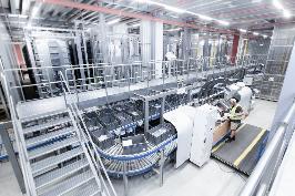 An den zwei Pick to Tote (PTT) Arbeitsplätzen werden den Mitarbeitern die Quellbehälter sequenziert angedient und parallel bis zu sieben Aufträge direkt in die Versandkartons kommissioniert