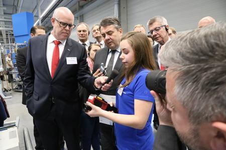 Sigmar Gabriel lässt sich von der Auszubildenden Eva-Maria Wolfart das Energiescouts-Projekt erklären
