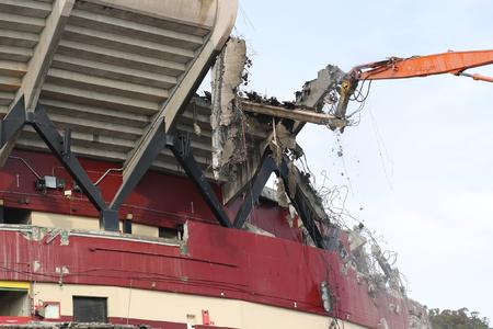 Silverado Contractors hoch hinauf reichender Bagger mit Atlas Copcos HB 2500 Abbruchhammer beim Abbruch des Beton-Windabweisers am Candlestick Park-Stadion
